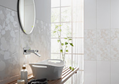 Waschlaptz mit weißen Fliesen