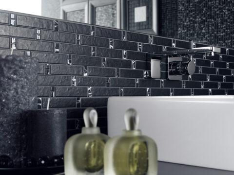 Hingucker fürs Bad: Fliesenmosaik in elegantem Schwarz