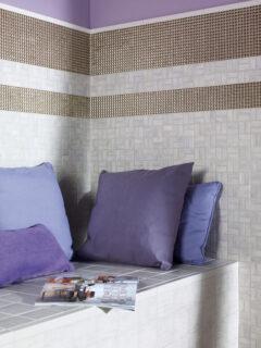 Eine mit Mosaiken verflieste Sitzbank