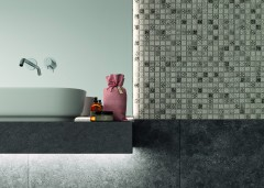 Mosaikfliesen im Betonoptik akzentuieren unterschiedliche Funktionsbereiche im Bad.