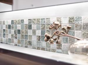 Die außergewöhnliche Mosaikfliese Wadi für die Wand kombiniert Keramik und Glas