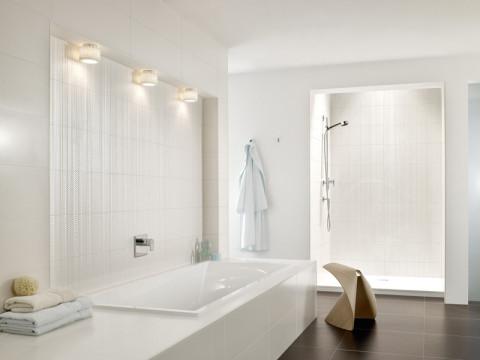 Fliesen mit Gold- und Glanzeffekten von Villeroy und Boch im weißen Bad