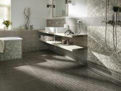 Fliesen und Mosaik in der begehbaren Dusche