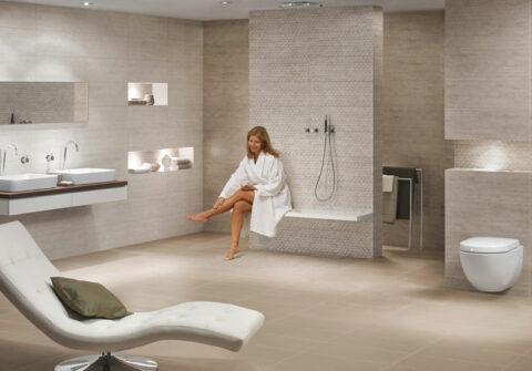 Frau im cremefarbenen Bad mit bodenebener Dusche