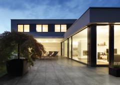 Großformatfliese auf Terrasse sorgt für urbanes Wohnflair
