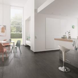 Einheitlicher Koch- und Essbereich: Fliese mit Holzanmutung - verlegt im Halbverband