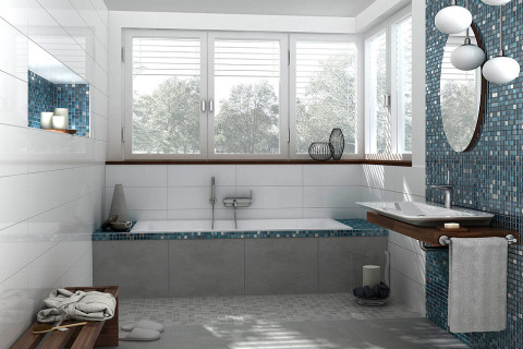 Modernes Bad mit farbigen Mosaikfliesen von Jasba