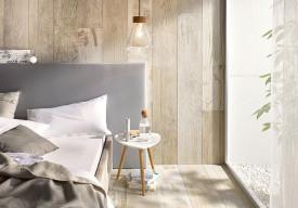 Holzfliesen im Schlafzimmer sorgen für natürliche Wohnambiente und gesundes Raumklima