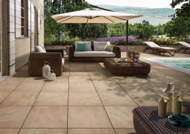 Cremefarbene Bodenfliese im Natursteinlook für den Terrasse und Balkon