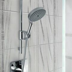 Quadratische Fliesen mit schwarzweißem Muster für die Dusche