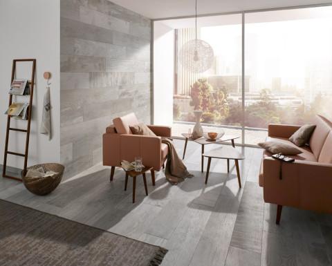 Fliesen in Holzoptik bringen Behaglichkeit ins Wohnzimmer