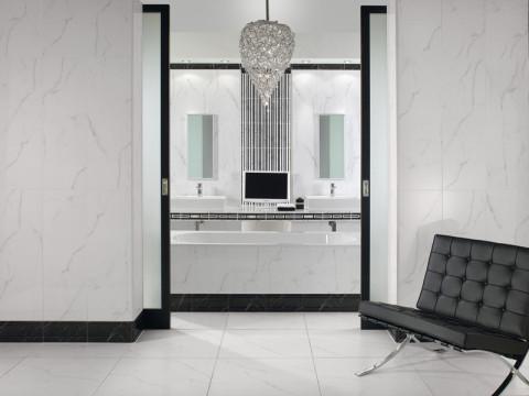 Edle Badgestaltung mit weißen Fliesen mit schwarzer Musterung
