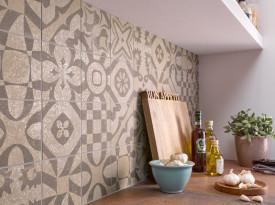 Terrakotta neu interpretiert: Küchenspiegel mit Wandfliesen in warmen Erdrot und Gold