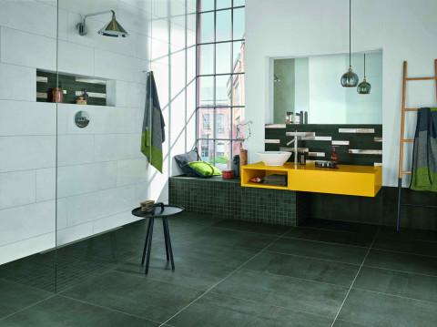 Moderner Loftlook fürs urbane Bad mit bodenebener Dusche: Bodenfliesen in Betonoptik
