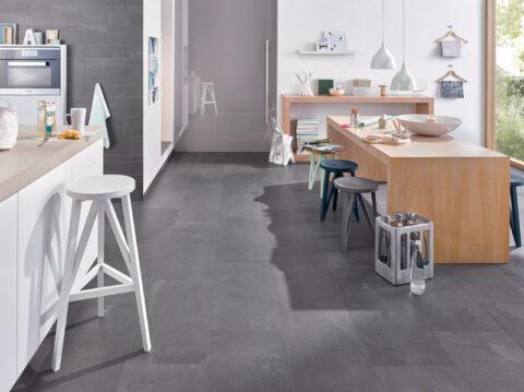Variantenreiche Struktur für den Küchenboden: Bodenfliesen im Look von Schiefergestein