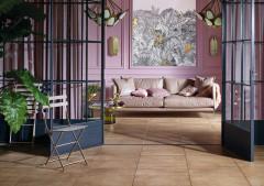 Wohnzimmer in warmen Rose-Farben mit quadratischen Fliesen in Cotto-Optik