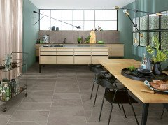 Küche in skandinavischen Look mit Bodenfliesen in Natursteinoptik