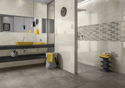 Wand- und Bodenfliesen in der Optik von Naturstein bringen einen hochwertigen Look ins Bad.