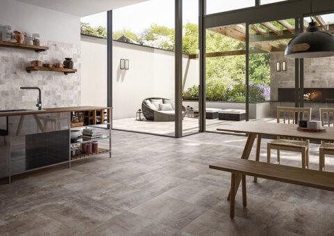 Moderne Optik von der Wohnküche bis zum Außenbereich mit Fliesen in Naturstein-Optik