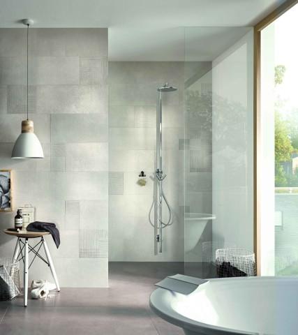 Wandfliesen mit organischem Dekor im Badezimmer