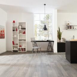 Wohnküche mit Bodenfliesen im Holzlook