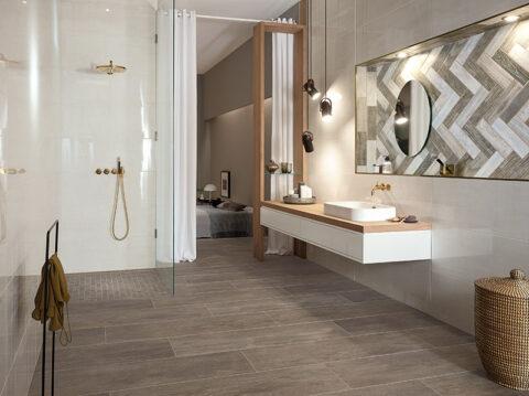 Ein Bad mit Keramikfliesen im Holzlook