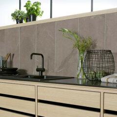 Fliesen in Natursteinoptik halten als Fliesenspiegel dem Küchenalltag dauerhaft stand und sind reinigungsfreundlich.
