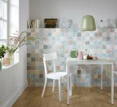 Blickfang in der Küche: Mosaikfliesen im Vintage-Look kleiden die Küchenwand und den Fliesenspiegel