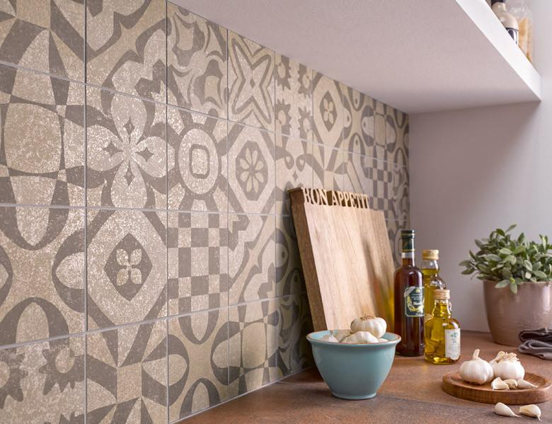 Wandfliesen in ornamentaler Zementoptik halten im Küchenalltag stand
