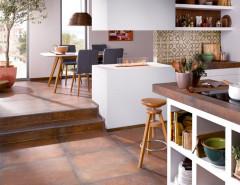 Mediterrane Cotto-Optik für die Küche: Wand- und Bodenfliesen harmonieren miteinander