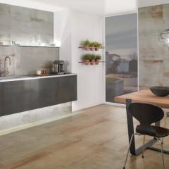 Ein Muss für den urbanen Wohnstil: Fliesen für Wand und Boden in der Optik von oxidiertem Metall