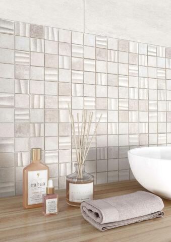 Mit Mosaiklfliesen lassen sich Funktionsbereiche im Bad akzentuieren.