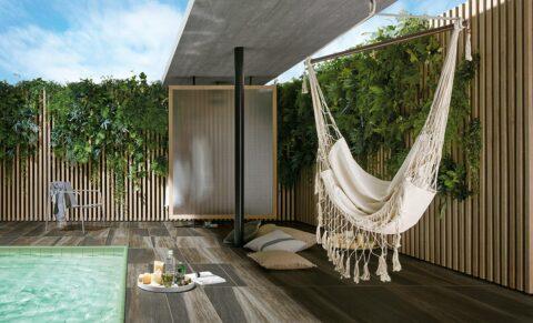 Robuste Fliesen in Holzoptik eignen sich perfekt, um den Außenbereich und die Einfassung des Pools zu verschönern