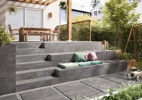Fliesen in Natursteinoptik sind ideal für die Gestaltung der Terrasse: Mit einladenden Sitzgelegenheiten wird der Garten zum Treffpunkt für die ganze Familie