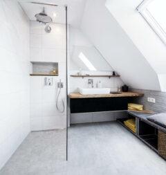 Ein verfliestes Dachbad nach der Sanierung
