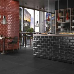 rote und schwarze Metrofliesen in einer Sushi-Bar