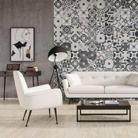 Wohnzimmer mi Dekor- und Zementfliesen an der Wand